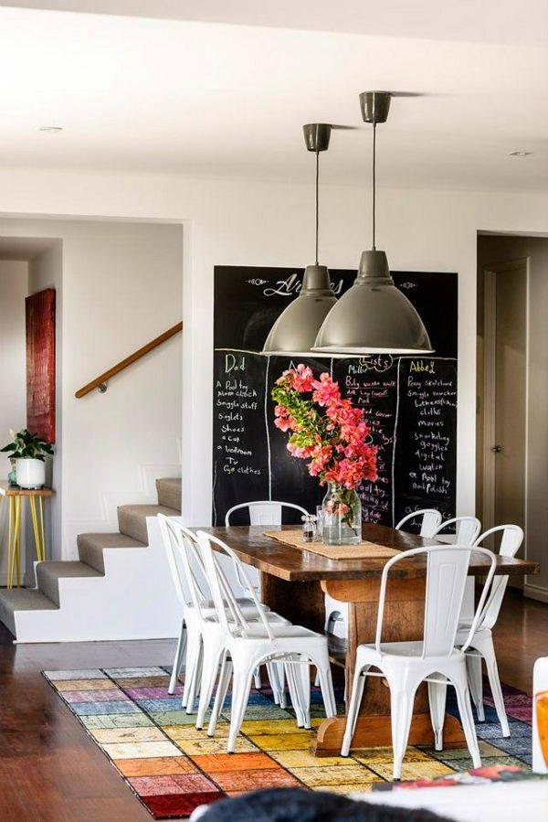 Seguro que ha visto la pared en muchos diseños de casas, y no sólo en aquellos que tienen una decoración vintage. Eso se debe a una transformación simple y útil. Con tan sólo una pintura especial,