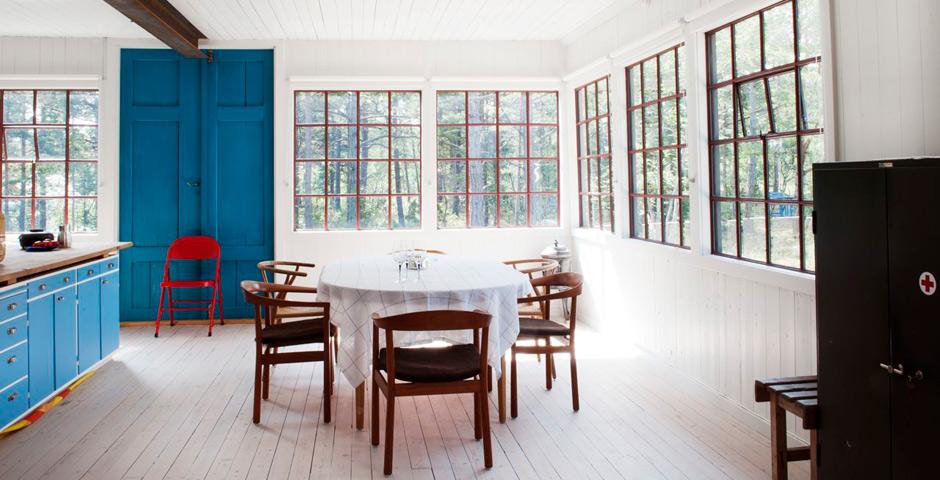 Pinceladas de azul en el interior de una casa vintage entre el bosque y el mar